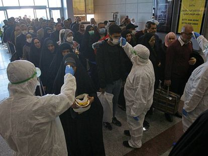 Controles médicos contra el coronavirus en el aeropuerto de Najaf, en Irak.