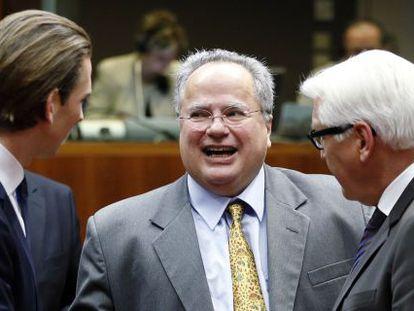 El ministro de Exteriores griego, Nikos Kotzias (en el centro), habla con sus homólogos austriaco y alemán, este jueves en Bruselas.