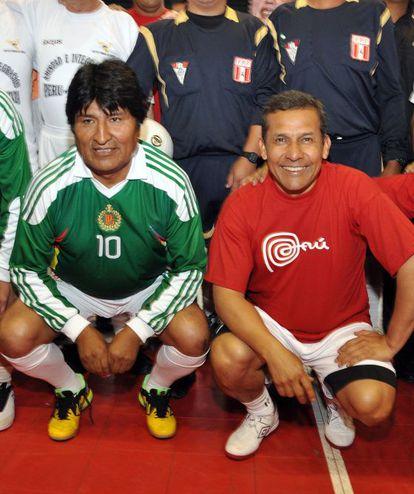Ollana Humala (D) junto a Evo Morales en un partido de fútbol sala el pasado 22 de diciembre en Cuzco.