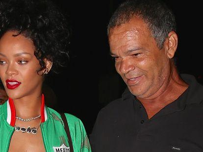 Rihanna y su padre, Ronald Fenty, en Santa Mónica (EE UU), en 2014.