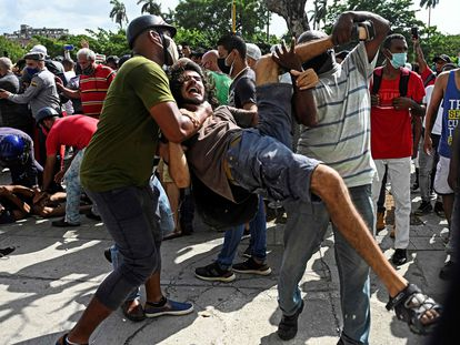 Un hombre es detenido durante una protesta en contra del Gobierno cubano en La Habana, este domingo.