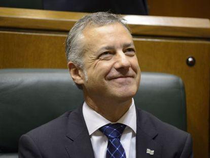 Iñigo Urkulu sigue sonriente el pleno de Política General del Parlamento vasco.