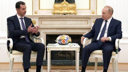 El presidente ruso, Vladímir Putin, conversa con su homólogo sirio, Bachar el Asad en Moscú, el lunes.