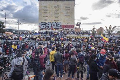 Multitud de personas, en su mayoría jóvenes frente al Monumento a los Héroes en Bogotá