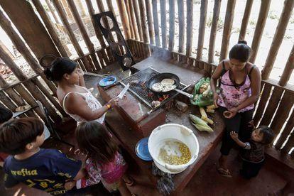 Indios de la etnia guaraní el pasado 11 de abril de 2019, en una reserva indígena en Sao Paulo (Brasil).