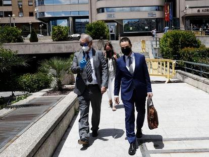 Eugenio Pino (izquierda) abandona la Audiencia acompañado de su abogado tras la primera sesión del juicio por el pendrive del 'caso Pujol' celebrada este martes.
