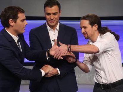 Rivera, Sánchez e Iglesias se estrechan las manos antes del debate de EL PAÍS en 2015.