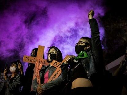 Un grupo de mujeres protestan por el feminicidio de Diana Velázquez Florencio desde 2017 en el Estado de México.