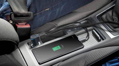 Un móvil recibe carga en un coche conectado al modelo de Energy Sistem Dual USB 3.1 A.