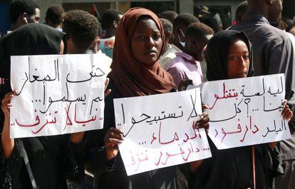 Unos estudiantes protestaban contra la policía, en septiembre de 2019 en Niyala (Darfur).