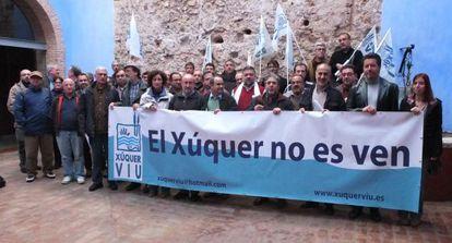 Miembros de la Mesa pel Xúquer en la reunión celebrada en Alzira.
