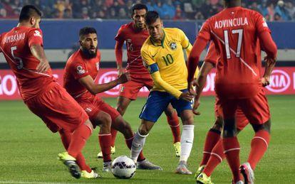 Neymar, rodeado de jugadores de Perú.