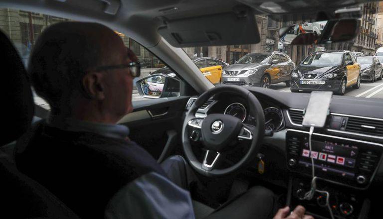Un conductor de UBER, durante un servicio por las calles de Barcelona en enero de 2019.