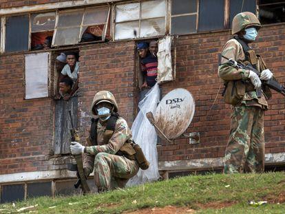 Soldados sudafricanos vigilan que se cumpla el confinamiento obligatorio en la barriada de Alexandra, en el este de Johanesburgo, este sábado.