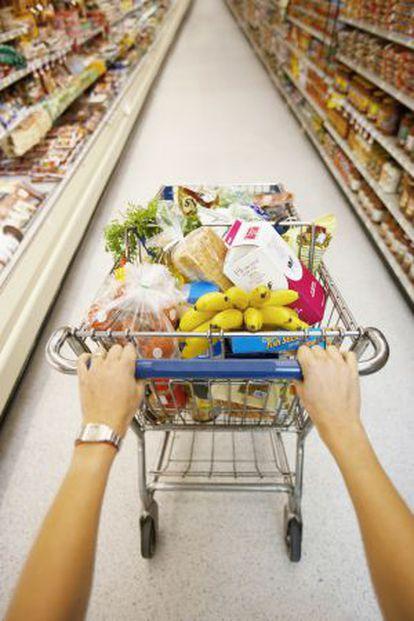Un carrito de la compra en un supermercado.