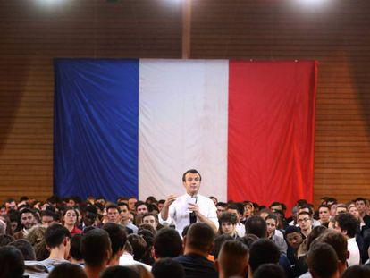 Emmanuel Macron debate con jóvenes en Etang-sur-Arroux, en el centro de Francia