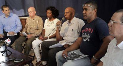 Los disidentes Antonio Rodiles, Felix Navarro, Berta Soler, Guillermo Fariñas, Angel Moya y Egberto Escobedo (i-d) antes de la reunión