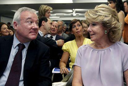 El presidente de Murcia, Ramón Luis Valcárcel, conversa con Esperanza Aguirre, ayer en Madrid.