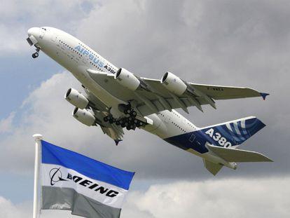 Un Airbus A380 sobrevuela el área de exposición de Boeing en la feria aeronáutica de Le Bourget (París).