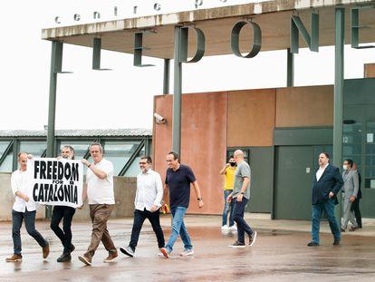 Los líderes independentistas abandonan la prisión de Lledoners tras el indulto concedido por el Gobierno. REUTERS/Albert Gea
