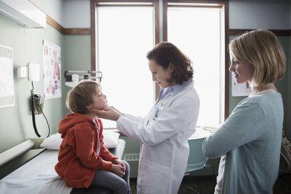 En la consulta del pediatra.