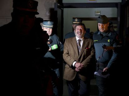El exdirector general de Trabajo andaluz,  Javier Guerrero, es conducido a prisión, en  marzo de 2013.