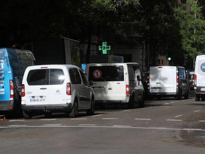 Furgonetas de reparto de mercancías en la calle Ferraz de Madrid.