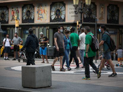 Transeúntes pasean por La Rambla de Barcelona.