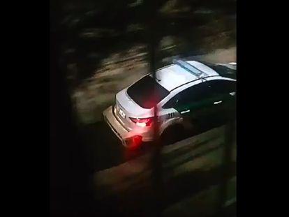 Captura de vídeo que muestra el coche policial que propagó por altavoces el audio de 'La Purga'.