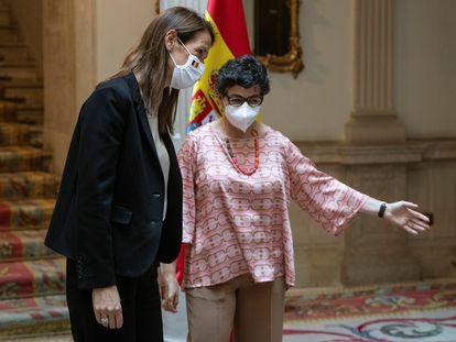 La ministra de Exteriores, Arancha González Laya (derecha), con su homóloga belga, Sophie Wilmés, este miércoles en Madrid.