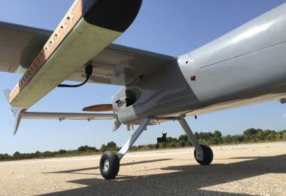 Detalle del dron, con la vaina donde irán las moscas esterilizadas