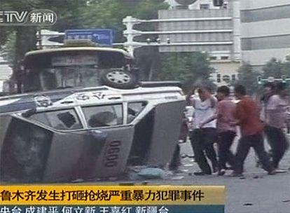 Miembros de la etnia musulmana uigur se enfrentan a la policía china en la provincia occidental de Xinjiang.