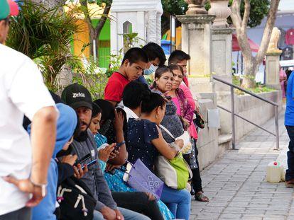 Unos vecinos en Ejutla (Oaxaca) uno de los municipios que han vuelto a la normalidad.