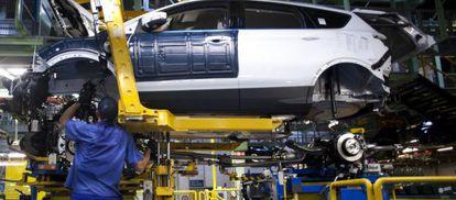 Un trabajador ensambla un motor en la planta de Ford Motor en Valencia