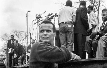 El cantante Harry Belafonte durante la marcha de Selma en Montgomery en 1965.