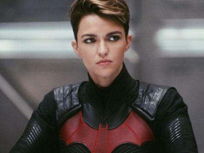 La actriz Ruby Rose, caracterizada como 'Batwoman'.