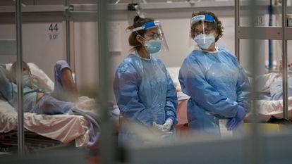 Dos sanitarias protegidas con mascarilla en el hospital del IFEMA. SANTI BURGOS