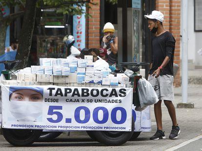 Un joven vende tapabocas en las calles de Medellín.