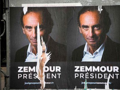Carteles con la fotografía de Eric Zemmour, el 29 de junio de 2021 en París.