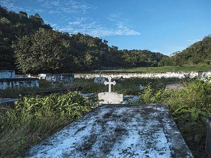 Sobre estas líneas, el cementerio local, donde hay enterradas solo unas pocas víctimas de la matanza.
