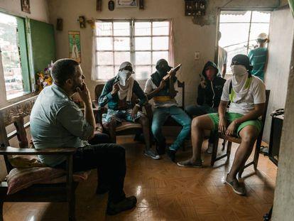 David Beriain entrevista a jóvenes de los barrios de los cerros de Caracas que se dedican al secuestro.