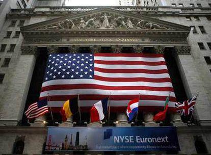 Fachada de Wall Street decorada con la pancarta que anuncia la nueva NYSE Euronext.