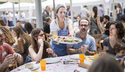 900 personas se apuntaron a un almuerzo gratuito y sostenible organizado por el FADfest.