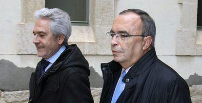 José Luis Ortuño (derecha), a su llegada a los juzgados de Alicante.