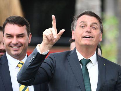 El presidente Jair Bolsonaro y su hijo, el senador Flavio Bolsonaro, en noviembre de 2019 en Brasilia.