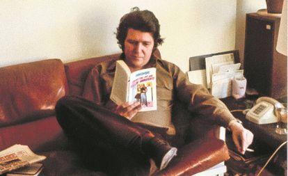 Jorge Herralde lee 'Escritos de un viejo indecente', de Charles Bukowski, en una imagen de finales de los setenta.