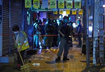 La policía de Hong Kong detiene a manifestantes que participaban en protestas contra el Gobierno autónomo y contra Pekín.