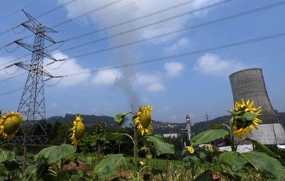 Vistas de los alrededores de una central térmica en Soto de Ribera (Asturias).