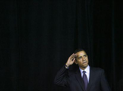 En Ohio, Barack Obama saluda a sus simpatizantes en un mitin.