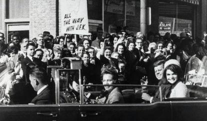 El presidente Kennedy y su mujer, en las calles de Dallas poco antes de ser tiroteado.